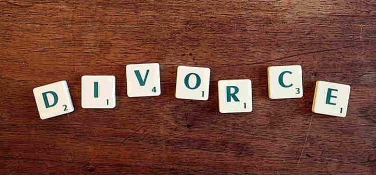 Scrabble letters spelling divorce
